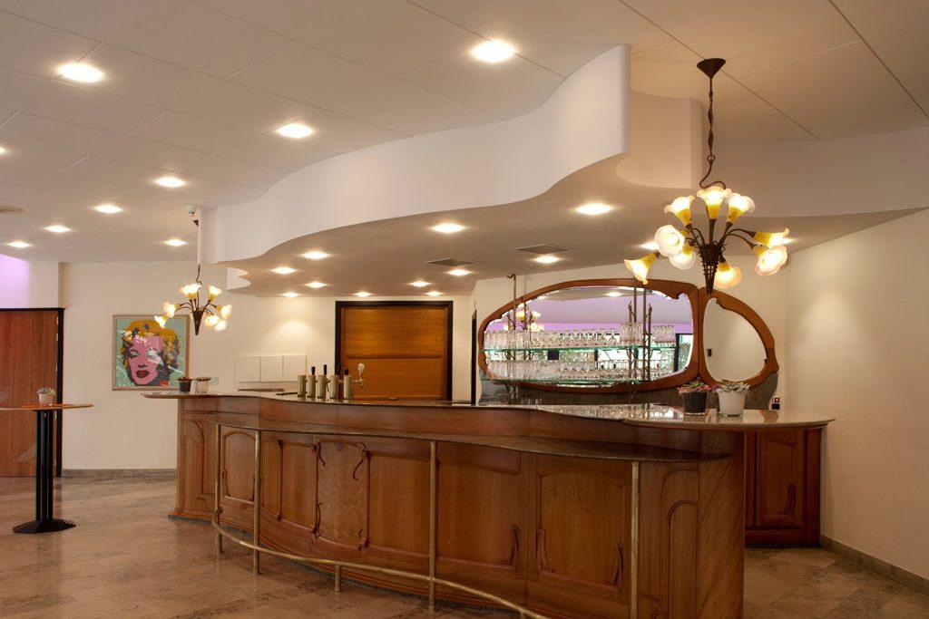 Art Deco Stijl : Grote bar in art deco stijl met rechtstreekse toegang tot het